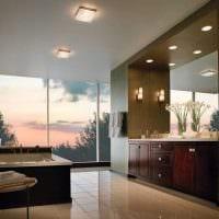 вариант яркого стиля ванной с окном фото