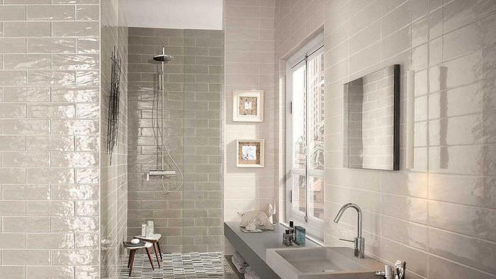 вариант яркого стиля большой ванной комнаты