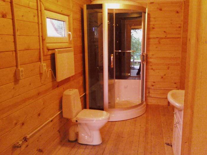 идея красивого дизайна ванной комнаты в деревянном доме