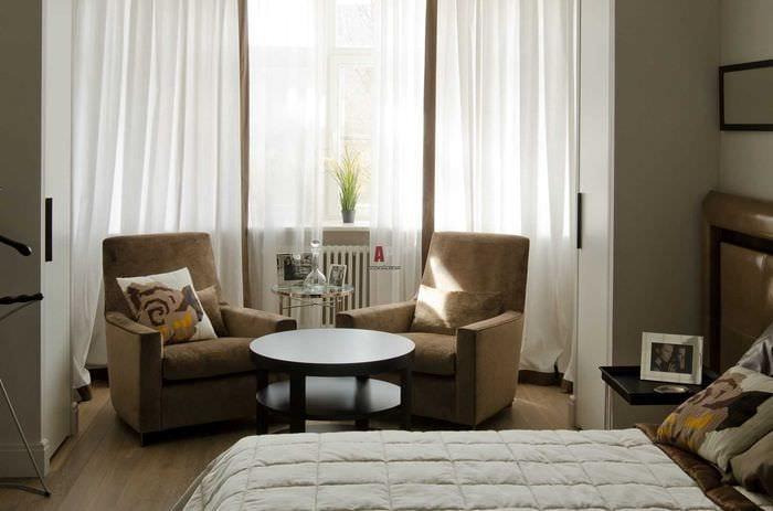 пример красивого дизайна гостиной с эркером