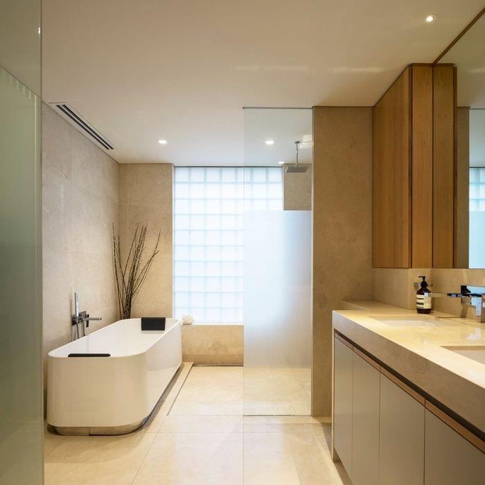 вариант необычного интерьера ванной в бежевом цвете