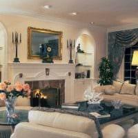 вариант яркого интерьера гостиной с камином картинка