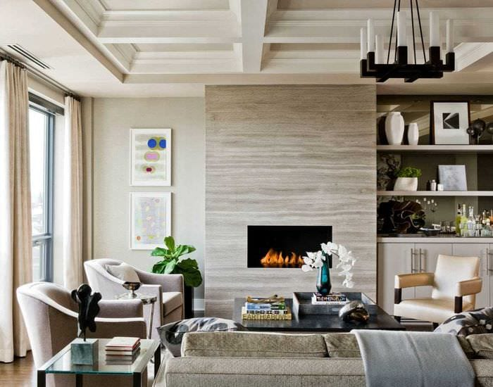 пример красивого декора гостиной комнаты с камином