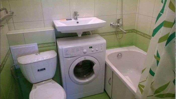 вариант яркого интерьера ванной комнаты в хрущевке