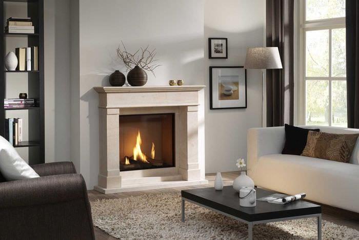 вариант необычного интерьера гостиной комнаты с камином