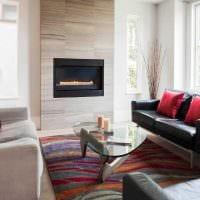 пример светлого декора гостиной с камином картинка