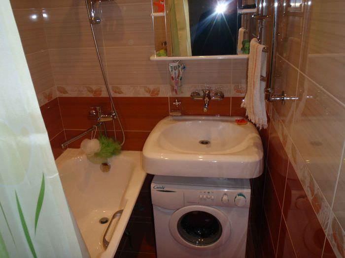 вариант яркого дизайна ванной в хрущевке