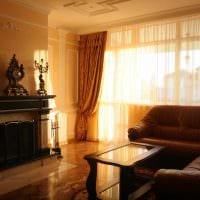 пример необычного декора гостиной с камином фото