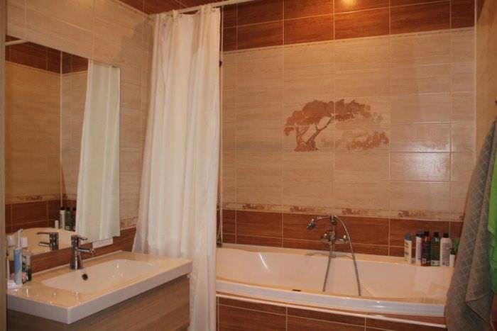 вариант яркого интерьера ванной комнаты в бежевом цвете
