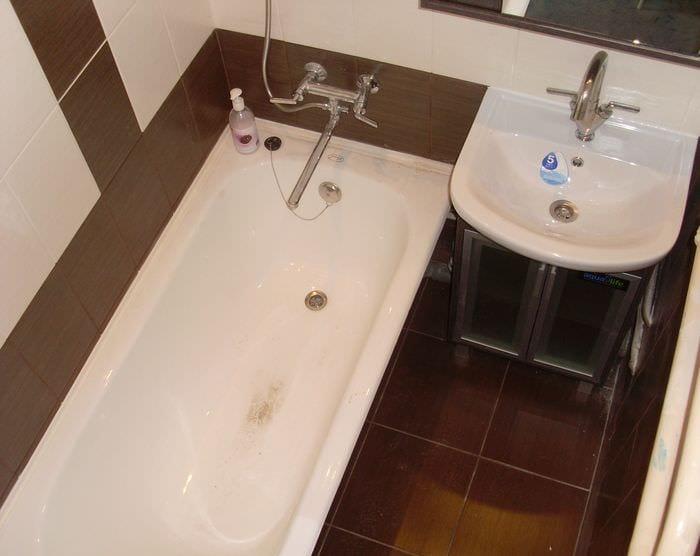 пример яркого стиля ванной в хрущевке
