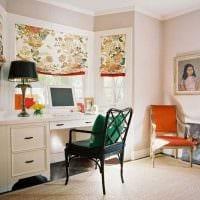 пример яркого интерьера гостиной комнаты с эркером фото