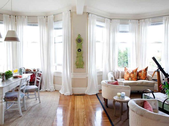 вариант яркого дизайна гостиной комнаты с эркером