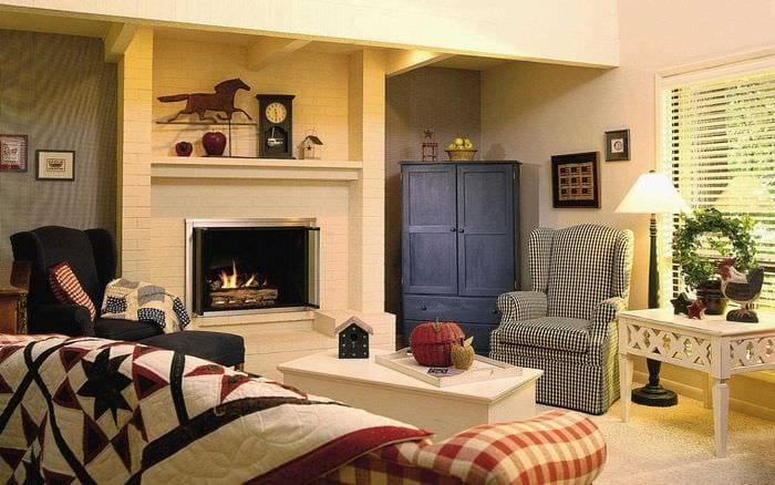 пример яркого дизайна гостиной с камином
