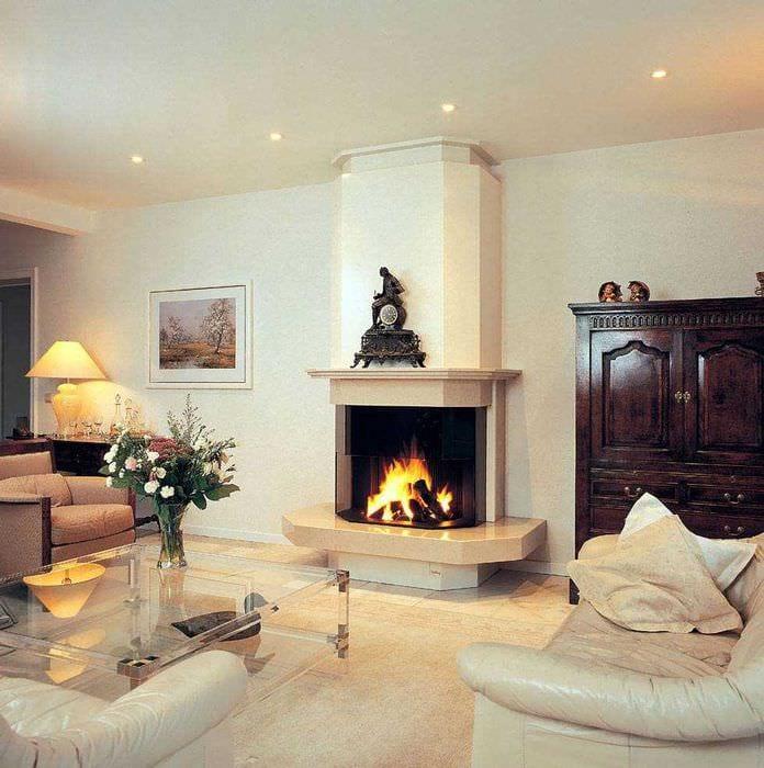 вариант яркого декора гостиной комнаты с камином
