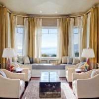 пример светлого декора гостиной комнаты с эркером картинка