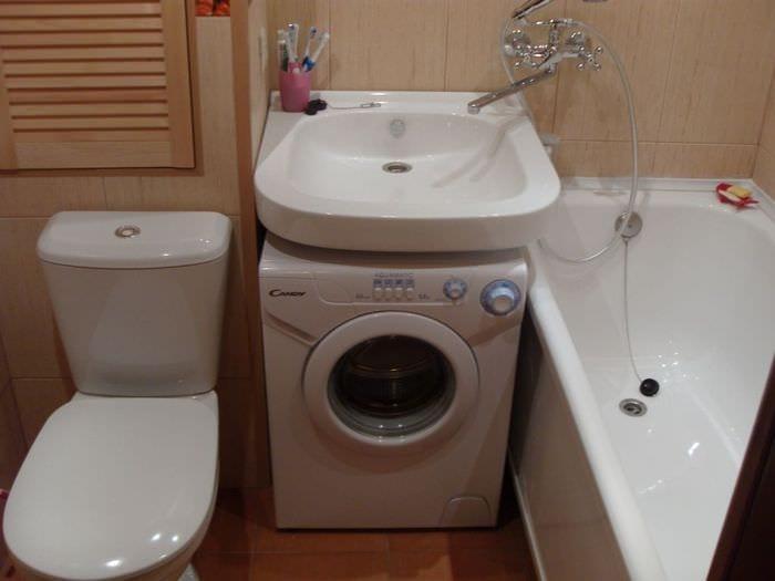 вариант яркого стиля ванной комнаты в хрущевке