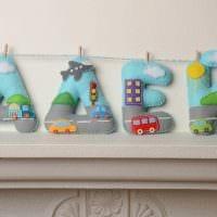 идея применения декоративных букв в дизайне гостиной фото
