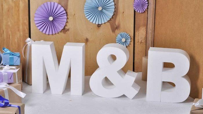 идея использования декоративных букв в дизайне спальни