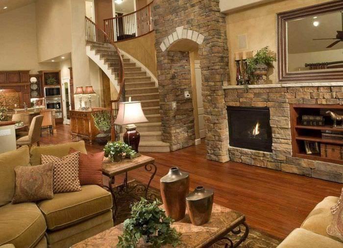 вариант необычного интерьера гостиной с камином