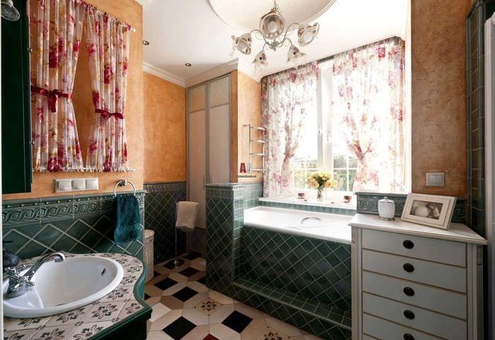 вариант необычного дизайна ванной с окном