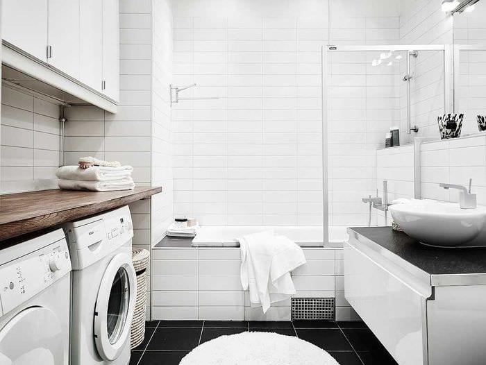 идея необычного интерьера ванной комнаты в черно-белых тонах