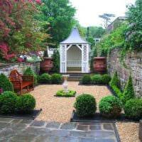 идея необычного украшения двора частного дома фото