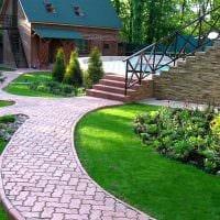 идея необычного декорирования двора частного дома картинка