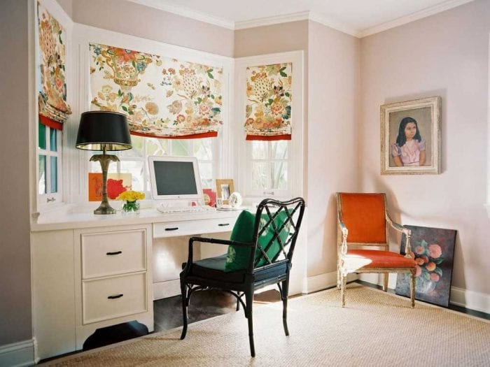 вариант необычного дизайна гостиной комнаты с эркером