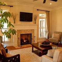 пример светлого дизайна гостиной комнаты с камином картинка