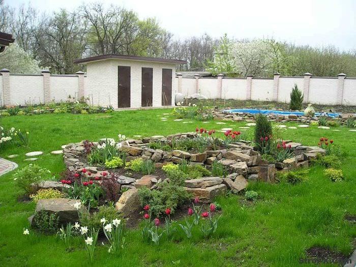 идея яркого украшения двора