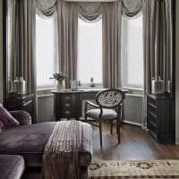 пример светлого декора гостиной с эркером фото