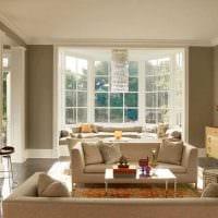пример красивого интерьера гостиной комнаты с эркером фото