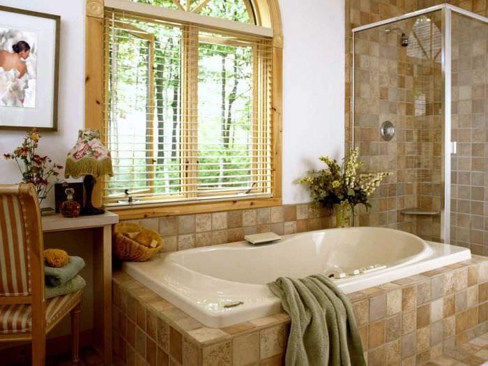 вариант необычного стиля ванной комнаты с окном
