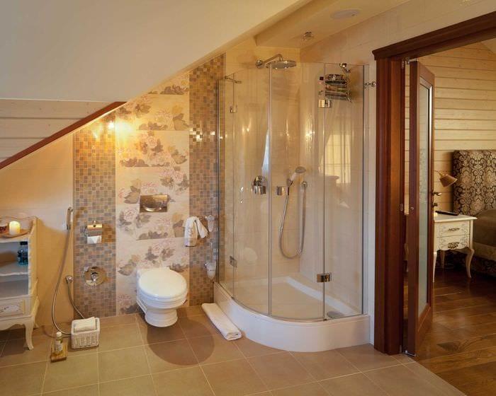 идея необычного дизайна ванной в деревянном доме
