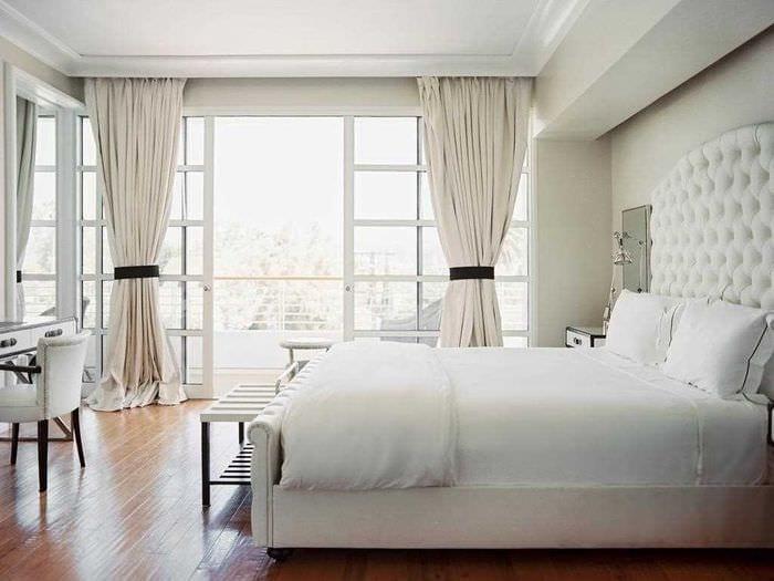 идея необычного интерьера белой спальни