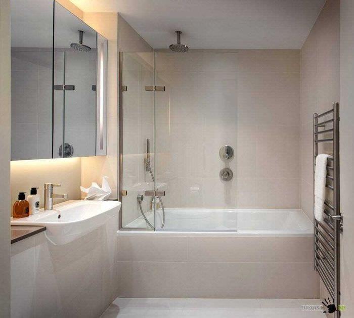 вариант яркого стиля ванной комнаты 2.5 кв.м