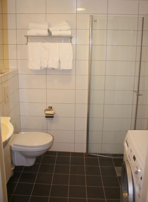 пример яркого стиля ванной комнаты в хрущевке