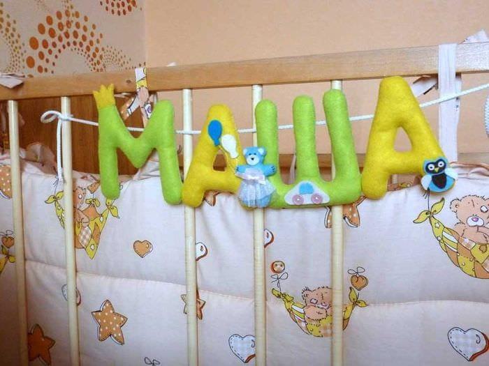 вариант применения декоративных букв в дизайне спальни