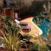 идея современного украшения двора частного дома фото