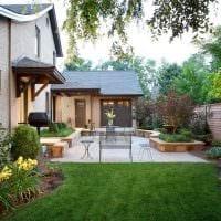 идея необычного дизайна двора частного дома картинка