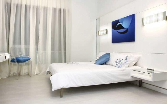 идея яркого интерьера спальни в белом цвете