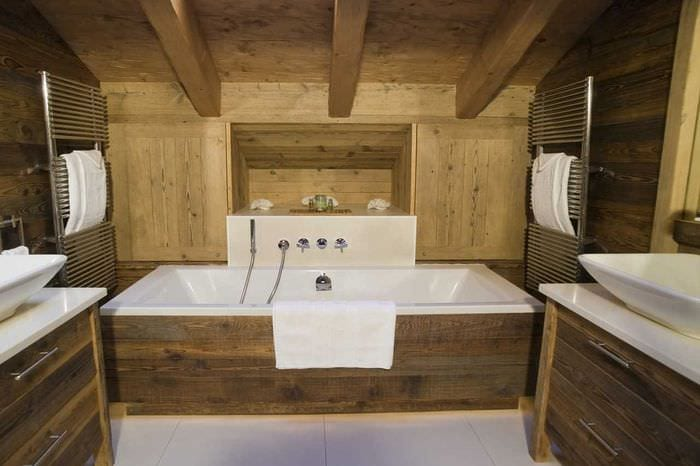 вариант красивого дизайна ванной в деревянном доме