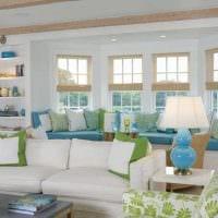 вариант светлого интерьера гостиной комнаты с эркером картинка