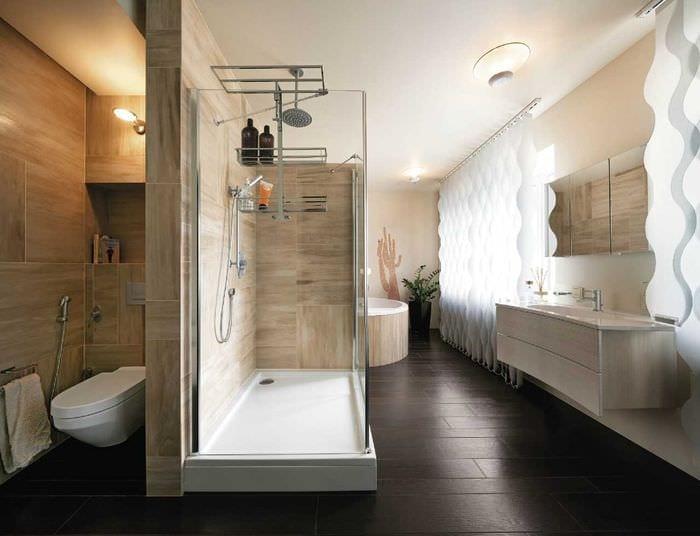 идея необычного дизайна ванной комнаты с окном