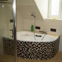 идея современного дизайна ванной комнаты с окном картинка