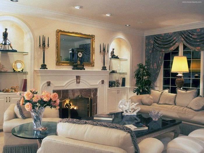 вариант яркого дизайна гостиной комнаты с камином