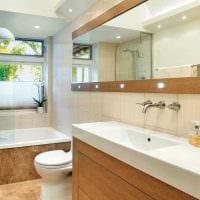 идея яркого интерьера ванной с окном фото