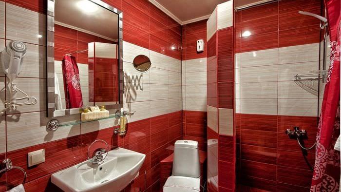 пример яркого дизайна ванной в хрущевке