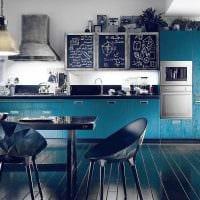 вариант применения яркого голубого цвета в дизайне квартиры фото