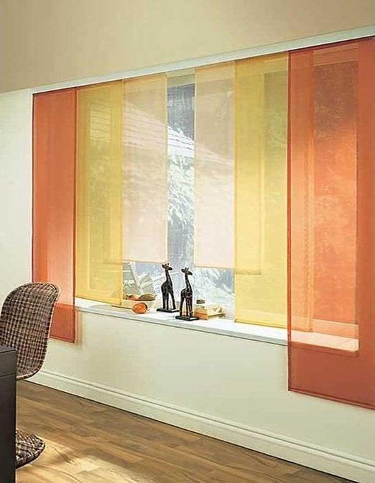 пример применения современных штор в ярком дизайне квартире